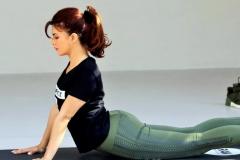 jacqueline-fernandez-yoga-butt