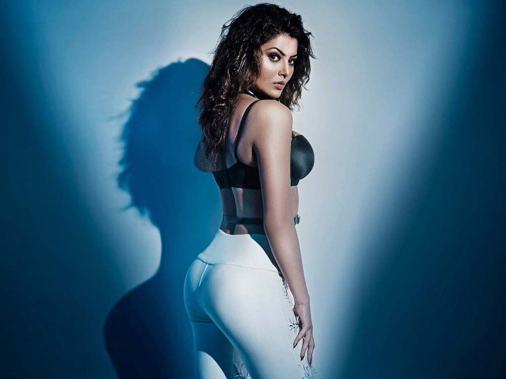 Urvashi Rautela Fascinates Fans With her Pictures on International Yoga Day