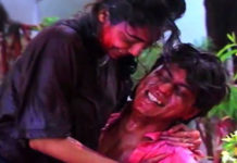 Shahrukh-Gauri-playing-Holi