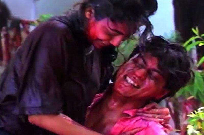 Shahrukh-Gauri-playing-Holi
